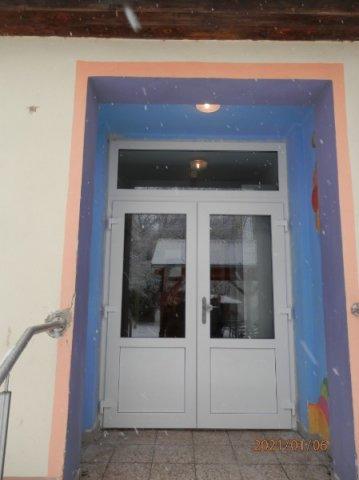 """Nové dveře na budově školy """"školička"""""""
